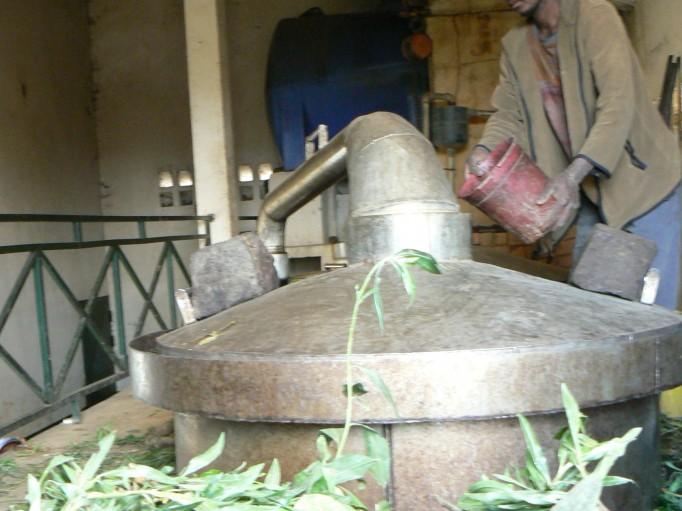 L'étanchéité de l'alambic est assurée par un joint d'eau