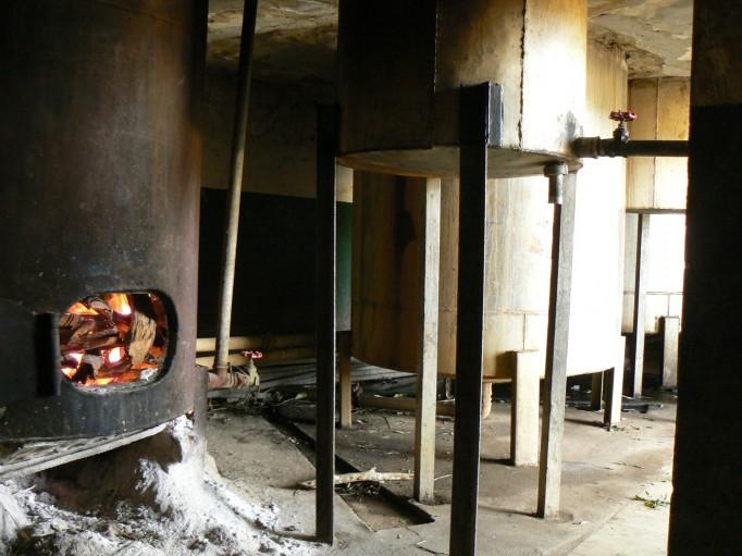 L'unité de distillation en pleine production